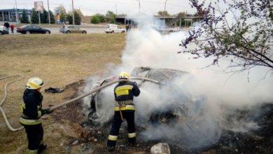 Photo of В Днепре на Донецком шоссе автомобиль съехал с дороги и загорелся
