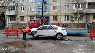 Photo of В Днепре автомобиль Chevrolet провалился в разрытую яму