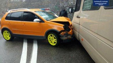Photo of В Днепре автомобиль Volkswagen врезался в маршрутку: пострадали семь человек