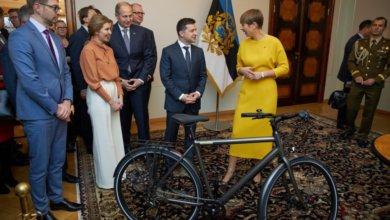 Photo of Президент Эстонии подарила Зеленскому именной велосипед