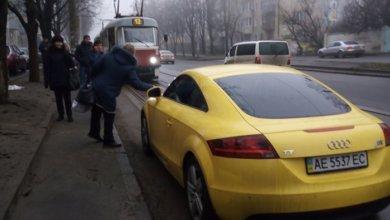 Photo of В Днепре водитель припарковал авто на трамвайных путях