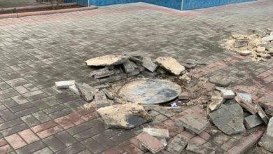 Photo of В Никополе на улице Светлой вандалы разбили тротуарную плитку