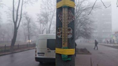 Photo of В Никополе к столбу примотали оконный термометр