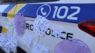 Photo of В центре Днепра дети обклеили автомобиль патрульных снежинками